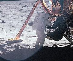 Neil Armstrong a Hold felszínén.
