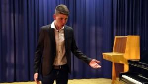Köles Bence prózát mond Alistálon