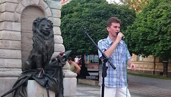 Mészáros Tamás énekel a Lehár nyár programjában Komáromban a Klapka téren - 2015