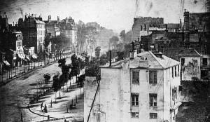 Az első embert ábrázoló fotográfia: Boulevard du Temple (dagerrotípia, 1838)