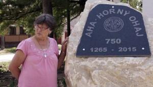 Jókai Mária az Aha község első írásos említésének 750. évfordulója tiszteltére emelt emléktáblánál