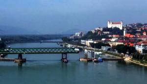 A pozsonyi Öreg híd áttolása