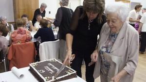 Ozsvald Erzsébet és Stifter Mária az ünnepi tortával - 65 éve nyíltak meg újra a magyar iskolák kapui Pozsonypüspökin