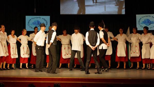 A pedagógusok tánca a Czuczor Gergely Alapiskola gálaműsorában
