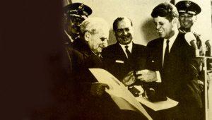 Kármán Tódor átveszi a díjat J. F. Kennedy elnöktől