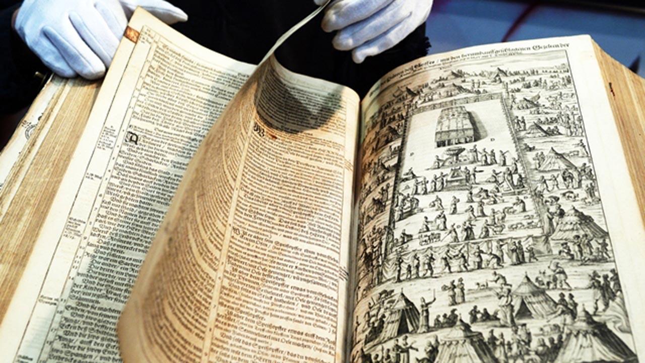 Egy Luther-biblia Lipcsében © AFP / Jens Kalane