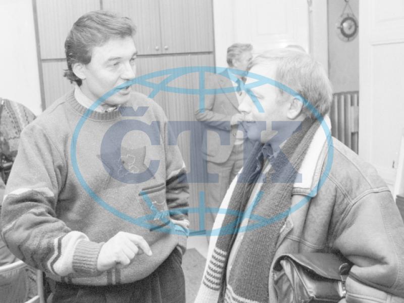 Karel Gott és Karel Kryl a Mellantrich kiadó épületében, a tiltakozó nagygyűlésen való közös fellépésük előtt. Fotó: CTK/Hajský Libor, CTK