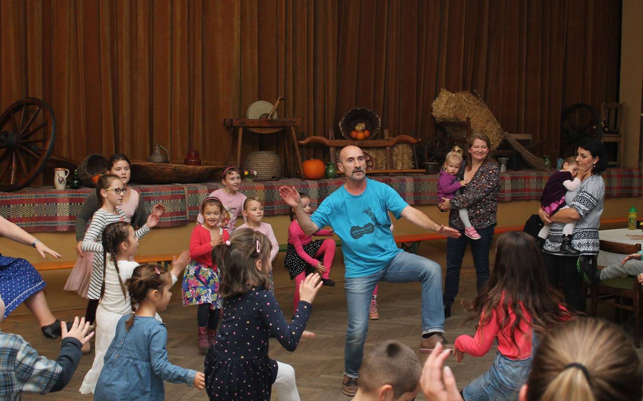 """Pillanatkép a legutóbbi gyerektáncházból: Oláh Attila """"Nyúl"""" és kislánya, Oláh Rozália vezetésével tanulják a gyerekek a mozdulatokat"""