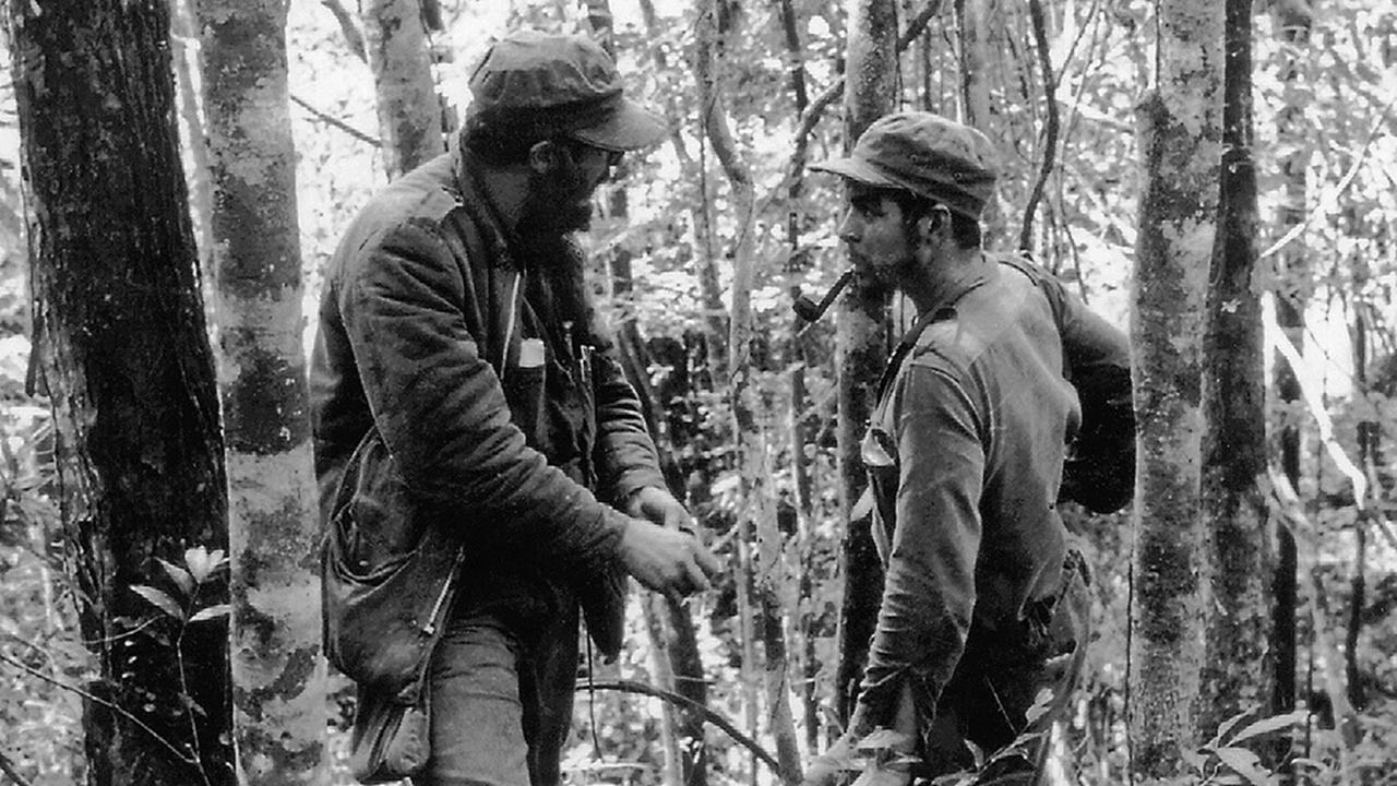 AFP - Meghalt Fidel Castro - Nagyítás Fidel Castro 1955-ben külföldről kezdte el szervezni a Fulgencio Batista elnök hatalmát megdönteni próbáló hadsereget. 1956. december 2-án a Granma nevű hajón 82 forradalmárral visszatért Kubába. Az Oriente tartományban partra szálló csapat megsemmisítő vereséget szenvedett a kormányerőktől, de Castro néhány társával, többek között a képen látható és Che Guevarával bevette magát a Sierra Maestra hegységbe és gerillaháborúba kezdett. © AFP