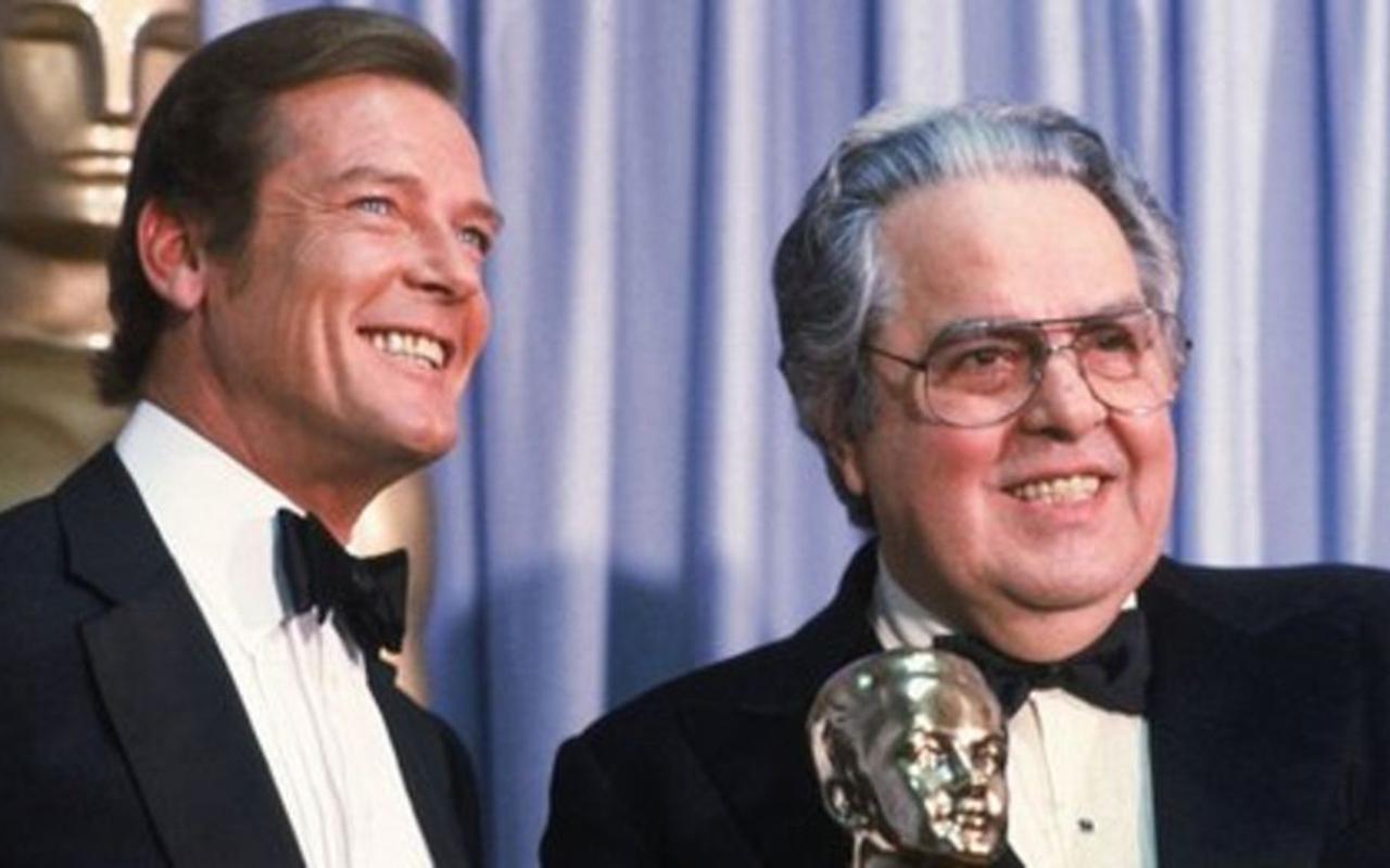 Albert R. Broccoli Roger Moore társaságában